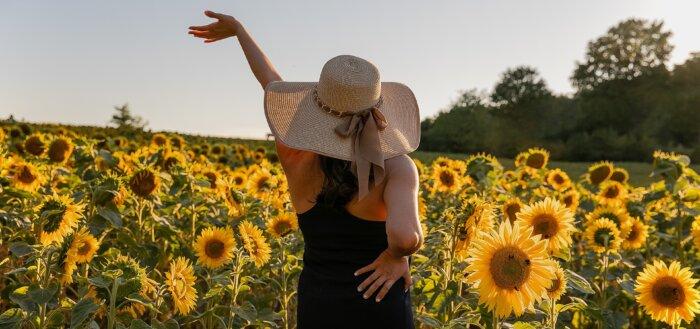 Kvinde i mark af solsikker