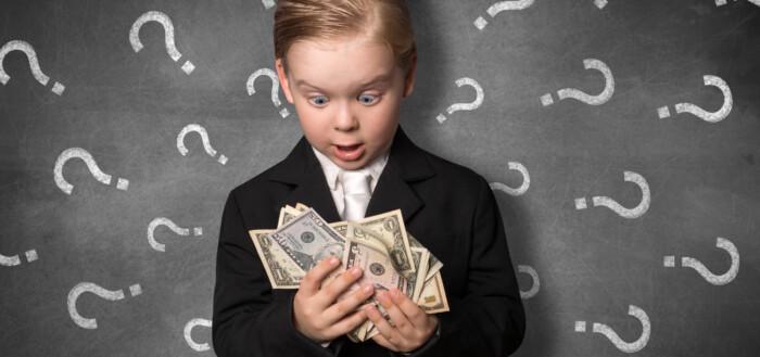Lille barn med penge i hænderne