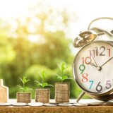 Hus med mønter og et ur
